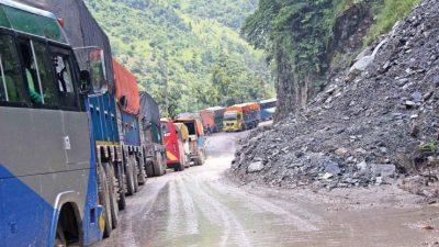 आठ दिनपछि अवरुद्ध चितवन नारायणगढ सडक सञ्चालन