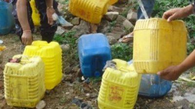 टोखाका विभिन्न स्थानबाट नियन्त्रणमा लिईएको  ३ सय ८० लिटर घरेलु मदिरा नष्ट