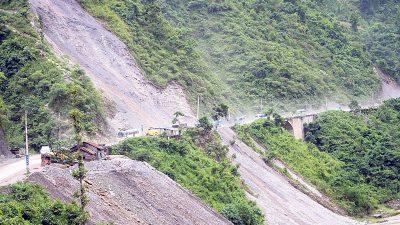 पहिरोको कारण नारायणगढ–मुग्लिन सडक अवरुद्ध