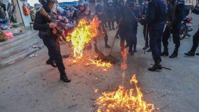संखुवासभामा जनता समाजबादी पार्टीले जलायो प्रधानमन्त्री र राष्ट्रपतीको पुत्ला ( फोटो फिचर )