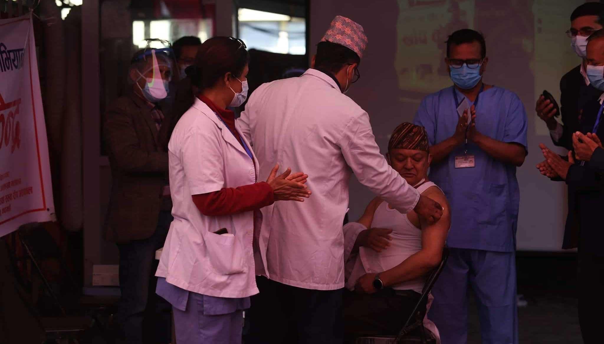 टेकु  अस्पतालका निर्देशकले लगाए नेपालमा पहिलो पटक कोरोनाविरुद्धको खोप